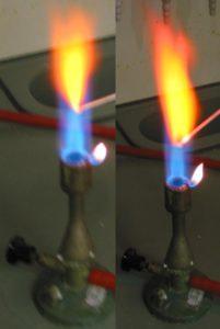 Barva plamene. Vlevo Ca, vpravo Sr